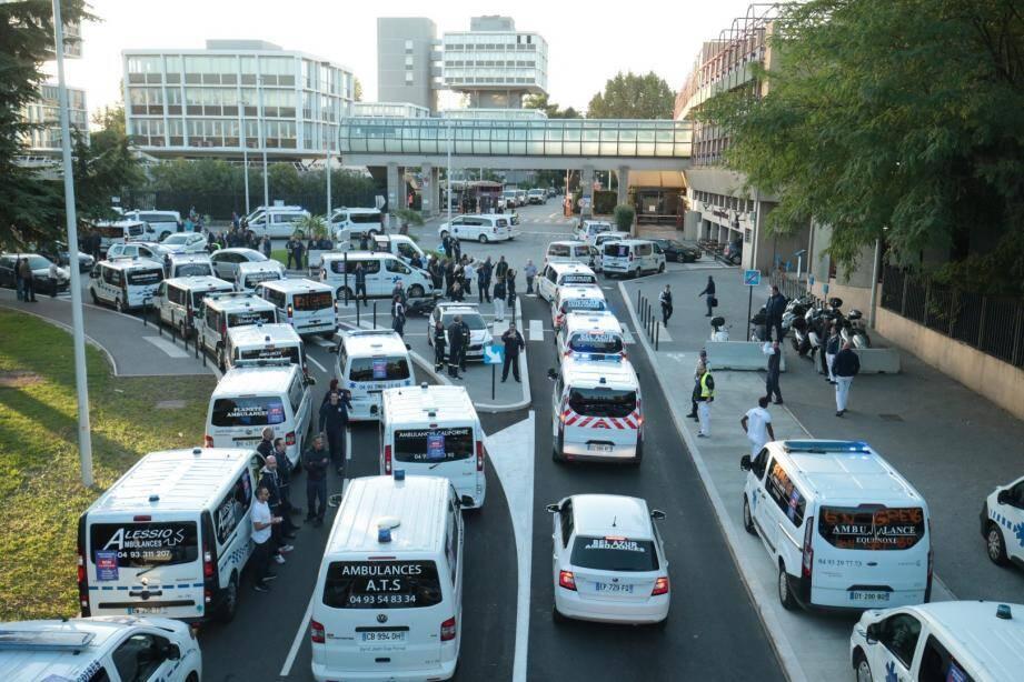 Des ambulances venues de toute la région manifestent dans Nice ce vendredi.