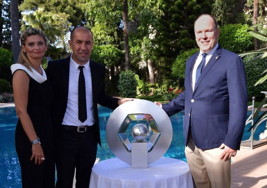 En 2017, le prince Albert II avait reçu le staff et les joueurs de l'AS Monaco au Palais princier, au lendemain du titre de champion de France, et avait posé avec Leonardo Jardim, son épouse, et le trophée Hexagoal.