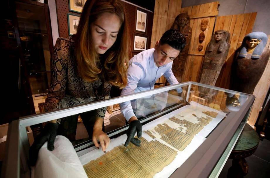 Minutieusement, Bianca Massard déroule les 17m de papyrus, dont seul le début est lacunaire. «L'actuel propriétaire est un passionné d'égyptologie qui le gardait précieusement, comme un trésor.»