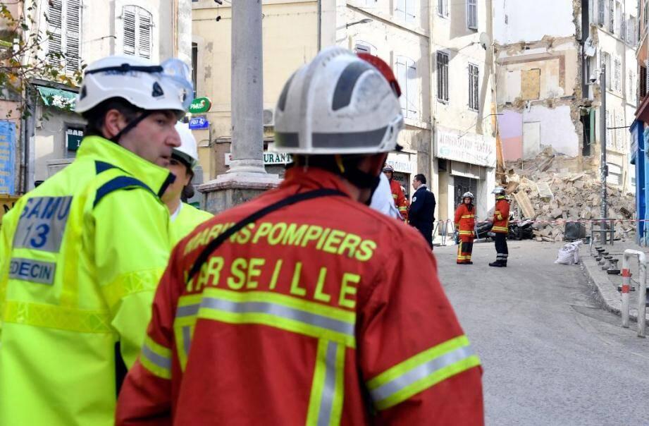 Les pompiers sur place après l'effondrement des immeubles à Marseille.