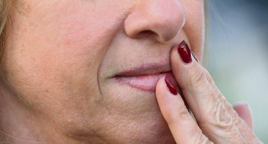 Stress, soleil, cycle menstruels peuvent favoriser l'apparition d'un bouton de fièvre.