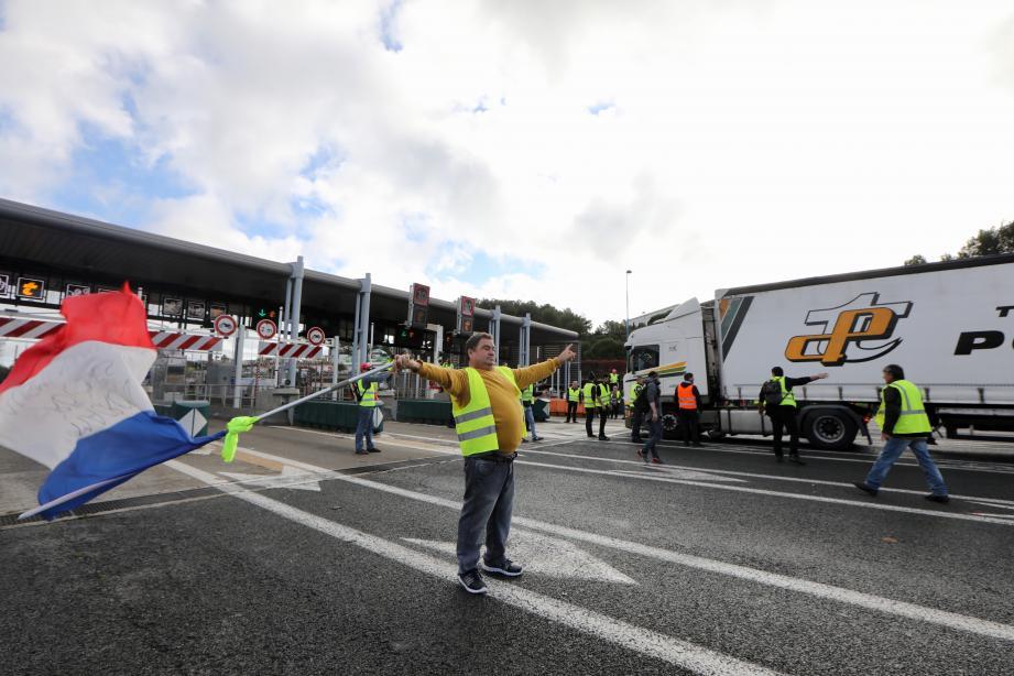 Les manifestants ont investi 4 voies de la barrière de péage d'Antibes le temps d'une opération péage gratuit ce samedi matin.