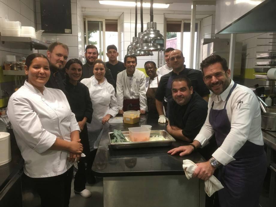 Christophe Gournay (à droite), à la tête de La Mirabelle, et le chef Patrick Lopez (2e à droite) vont accompagner les 24 apprentis durant plusieurs mois et les former au métier de cuisinier.