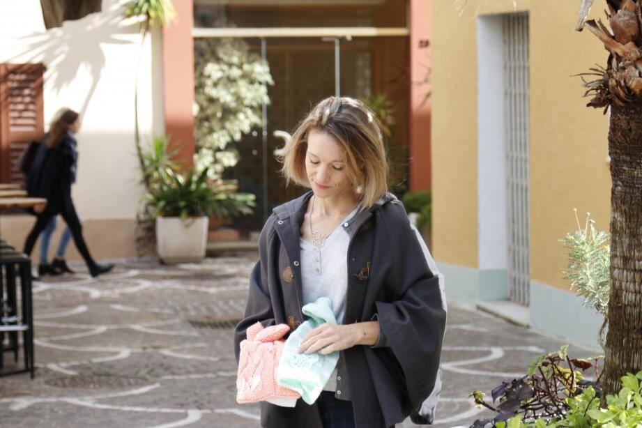 Emeline Baudoin, présidente de l'association A Bras Cadabra, remet des angelines aux services de quatre hôpitaux du 06.