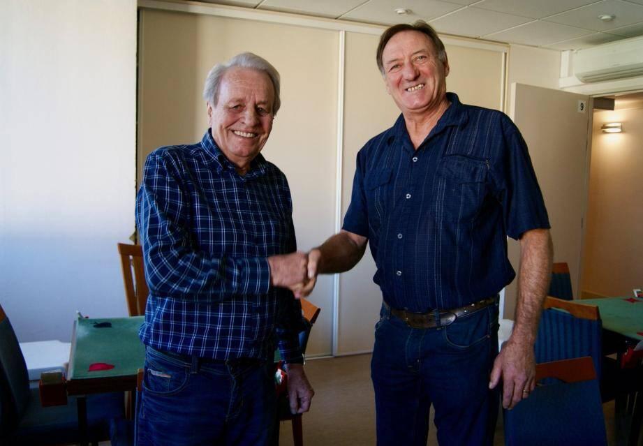 Jean-Marc Gilleron, à gauche, accueille le nouvel animateur de la section « jeu d'échecs » René Lentremy.