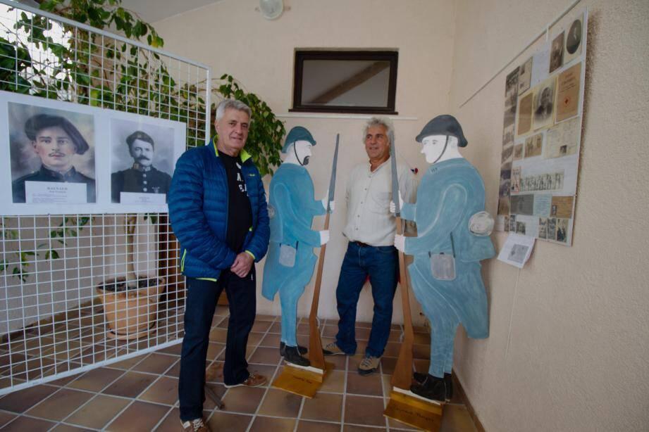 à gauche Georges Dompé créateur des poilus en bois en compagnie de Constentin Giuge, conseiller municipal.