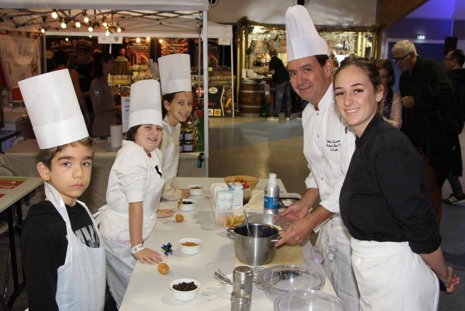 Frédéric de Barsony, le chef à l'honneur cette année, initie les plus jeunes à la cuisine.