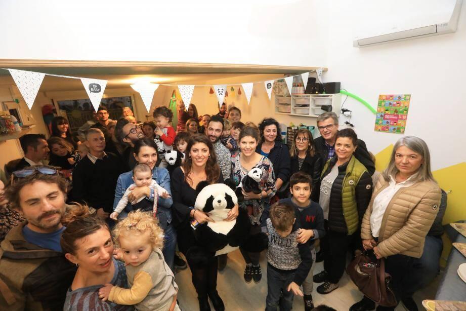"""Kimberley et Indiana Paillot (au centre avec des pandas en peluche dans les bras), gérantes de """"Mini-Kids"""", ont inauguré officiellement leur mini-crèche ouverte il y a un mois."""