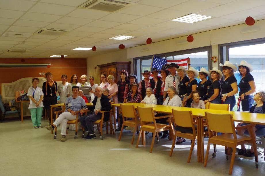 Le groupe a noué le contact avec les pensionnaires.