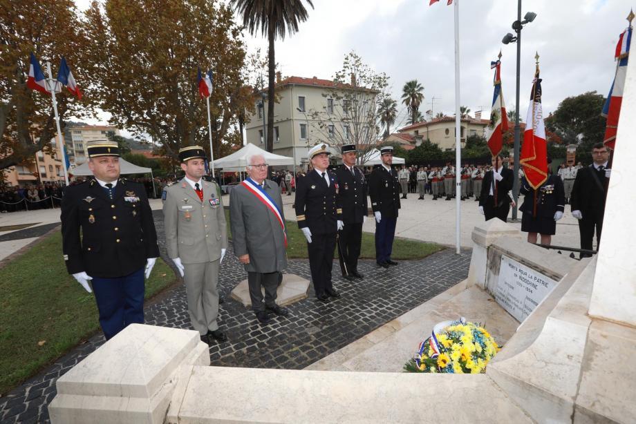 Hier, lors de la commémoration du centenaire de l'Armistice et de l'hommage à tous les morts pour la France qui s'est déroulée sur la place Lefebvre, il a été procédé à une remise de décorations des mains du capitaine de vaisseau Frédéric Bordier, commandant de l'aéronautique navale d'Hyères. Ont été ainsi honorés: le lieutenant-colonel Loïc Morvan (chevalier de la Légion d'honneur), Marcel Gaylard (médaille militaire), le capitaine de frégate Xavier Giry (chevalier de l'ordre national du mérite), le capitaine de corvette Bruno Mercier (médaille de l'aéronautique), le maître principal Fabrice Bardin (médaille de l'aéronautique).