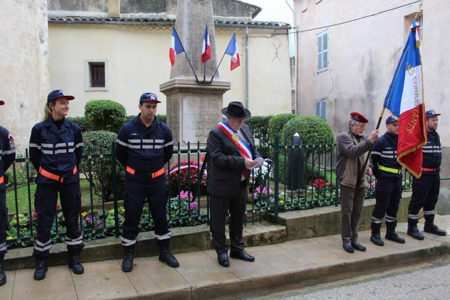 Jean Michel durant sont discours devant le monument aux morts avec le porte-drapeau Daniel Baumier et les sapeurs pompiers.