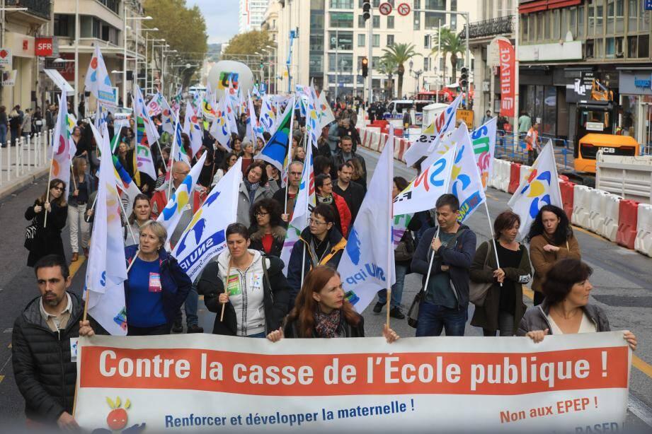 Après avoir défilé à Toulon, de la place Liberté jusqu'à Noël-Blache, les manifestants se sont dirigés vers l'Inspection académique où une délégation devait être reçue par un représentant de la direction académique.
