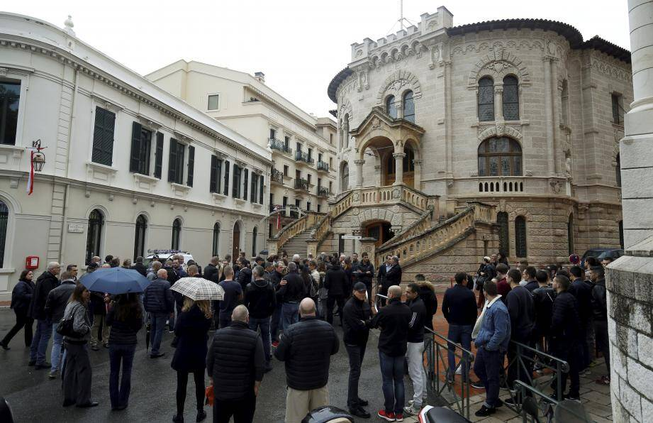 L'image inédite de policiers faisant le pied de grue devant le tribunal a fait jaser.