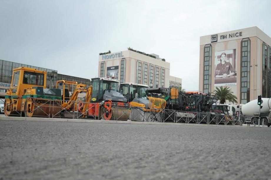 Place Armée-du-Rhin, les travaux de réfection de la chaussée viennent de débuter et se poursuivront jusqu'à la route de Turin. Ils s'achèveront le 21 décembre, après un mois de chantier.