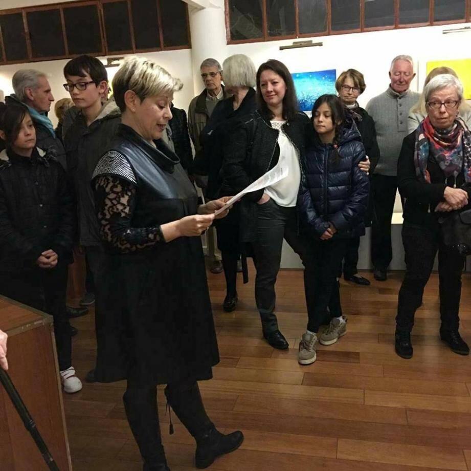 Michèle Carré, la présidente de l'association des Peintres carqueirannais et amis des arts (APCAA) lors d'un précédent vernissage invite le public à visiter l'expostion qui sera inaugurée, vendredi à La Galerie.