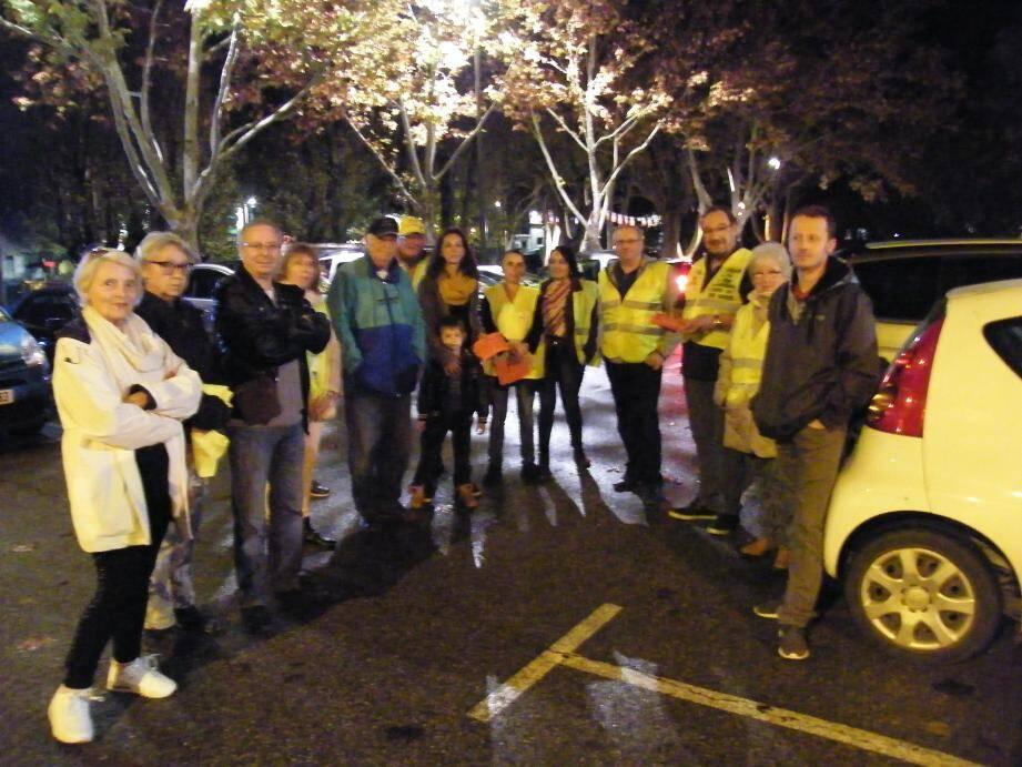 Une vingtaine de gilets jaunes se sont retrouvés lundi soir sur le parking et se renseigner du déroulement de la journée.