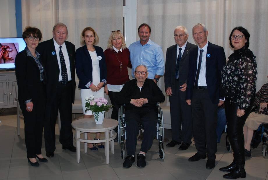 Le nouveau centenaire, entouré de sa famille et des élus pour ce grand moment.