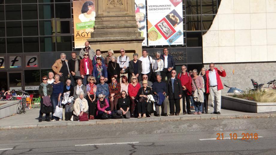 Les choristes toulonnais posent sur la place « Toulon » de Mannheim.
