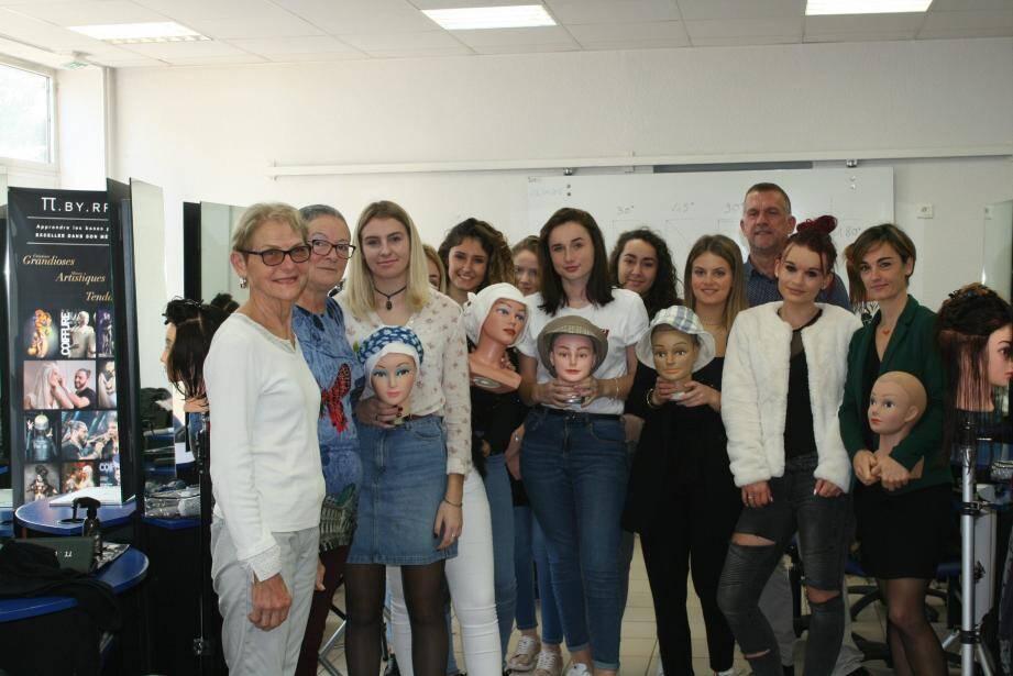 Les apprentis et leur professeur de coiffure Maxime Meiffren, ravis d'aider l'association « Les chapeaux de Martine ».