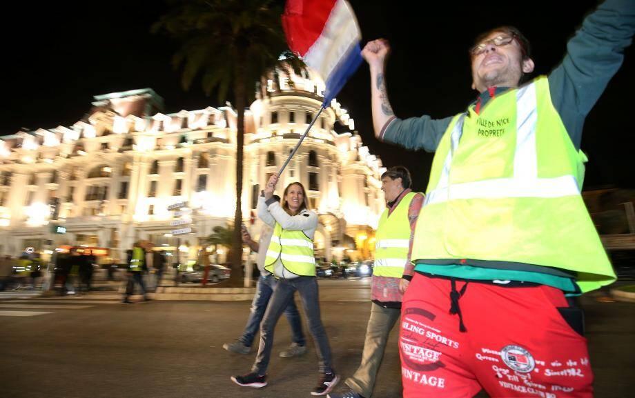 Hier à Nice, face au Negresco, plus d'une centaine de manifestants a participé à un nouveau tour de chauffe sur la promenade des Anglais.