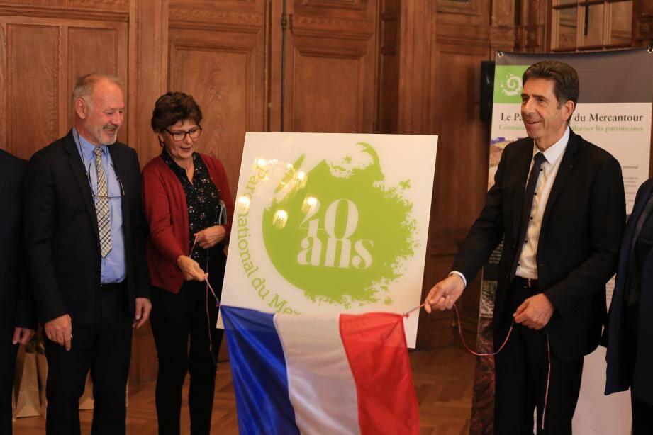 Le directeur du parc, Christophe Viret (à gauche) et son président, Charles-Ange Ginésy, ont dévoilé hier le logo des 40 ans de la réserve naturelle.