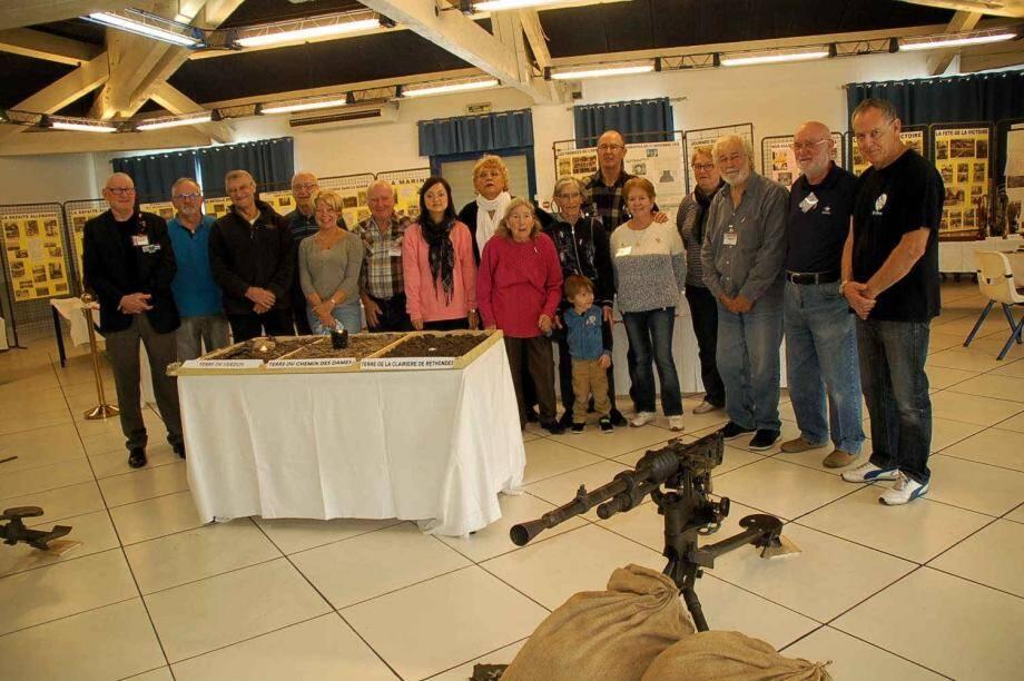 Les membres du Collectif 14-18 posent pour la postérité autour de Georges Dalmas avant de procéder au démontage de l'exposition.