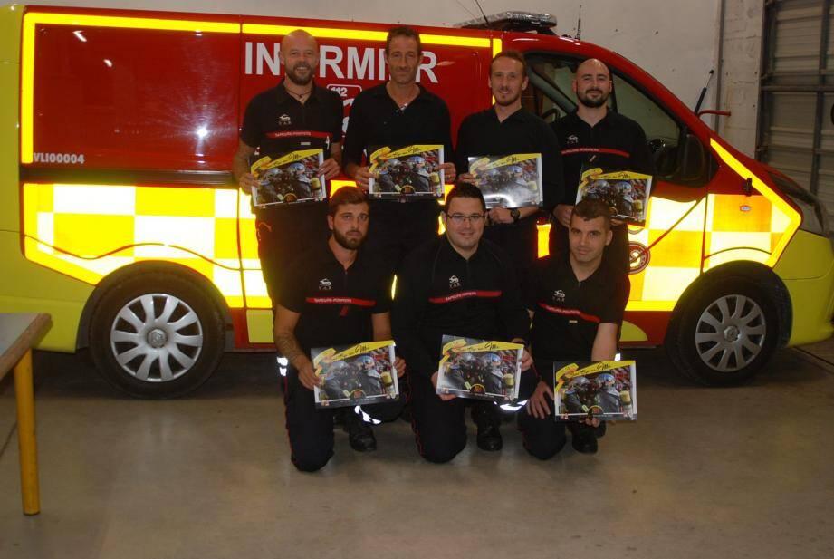 Les sapeurs-pompiers présentent le calendrier pour la nouvelle année depuis hier.