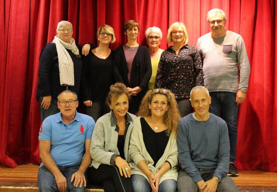 Angélique, Virginie, Lysiane, Sophie, Philippe, Michel, Dany, Alain et Maryse entourent Stéphanie Losilla (au premier plan, mains jointes).