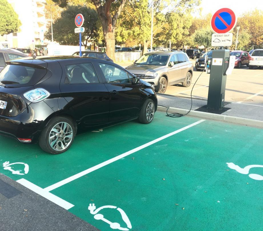 La commune est désormais équipée de quatre stations, ici place Jean Mermoz, destinées à la recharge des voitures électriques.