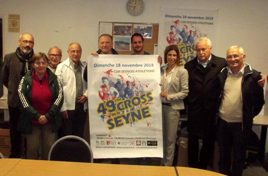 Les élus et l'équipe de la section athlétisme du Club Seynois Multi-Sports ont présenté le 49e Cross de La Seyne.