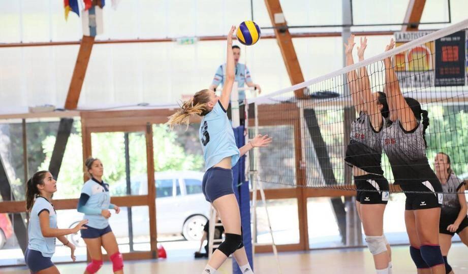 Les volleyeuses maximoises (en ciel et blanc) vont tenter de ramener un succès de leur déplacement à Lattes-Montpellier.