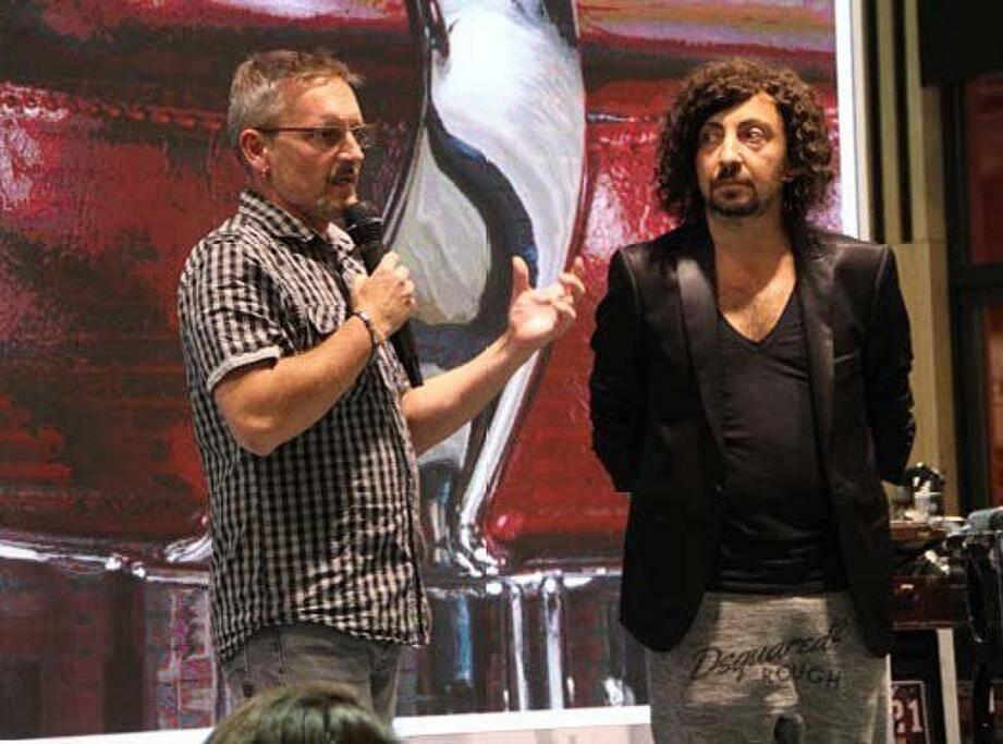 Thierry Gras (à gauche), interviewe Éric Maurice, parrain de l'association des « Coiffeurs justes », lors du dernier MCB Paris.