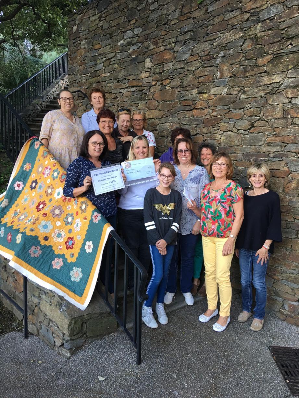 Céline Tranchot (en blanc au milieu) maman de Nathan, entourée des adhérentes à l'association Patchwork.