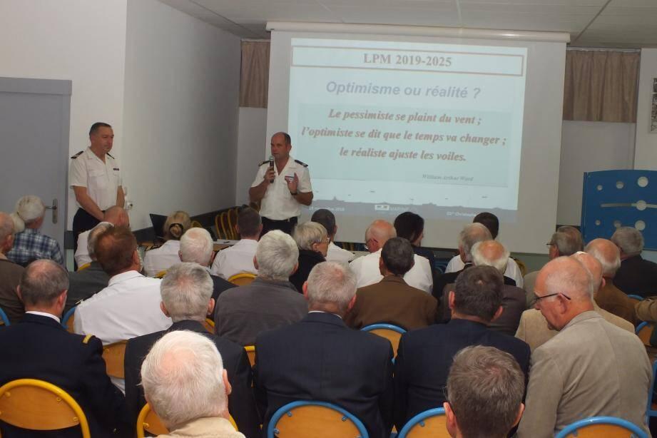 Le capitaine de vaisseau Christophe Pagot au micro, avec le commissaire en chef Didier Gestat de Garambé, devant l'auditoire.