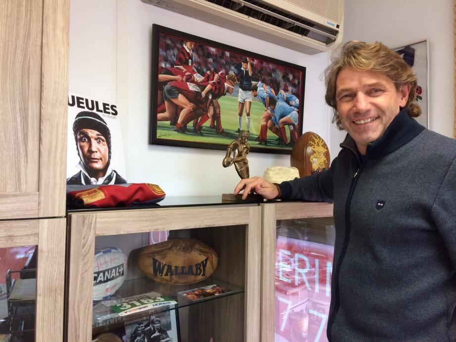 Aubin Hueber et son armoire à trophées, désormais dans ses bureaux d'Al&Co à Valgora... Mais jamais très loin du RCT !