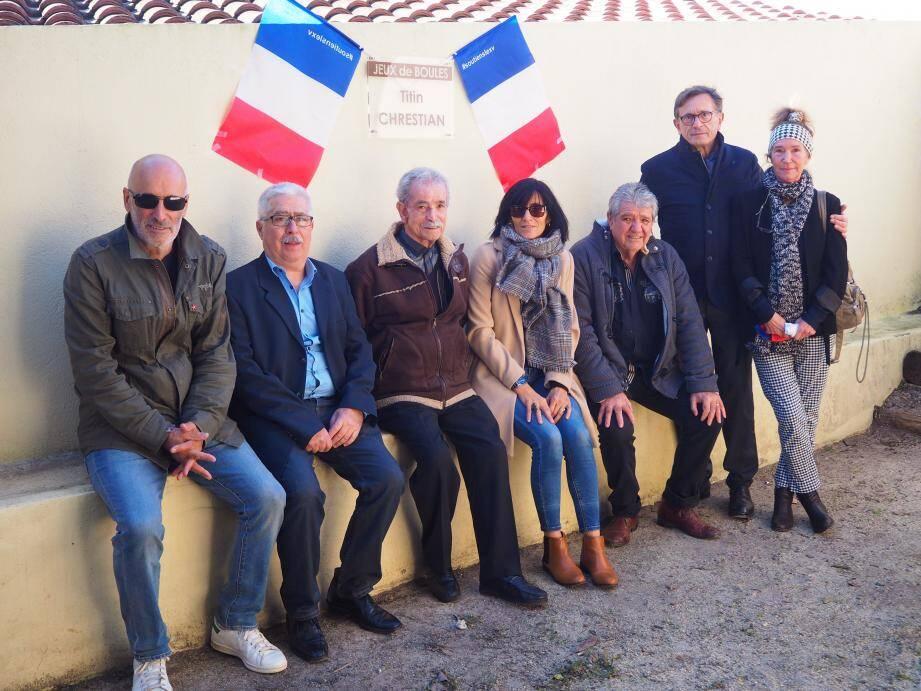 la plaque de Titin Chrestian a été découverte avec émotion par la famille en présence du maire Jean-Sébastien Vialatte (2e à droite, debout).