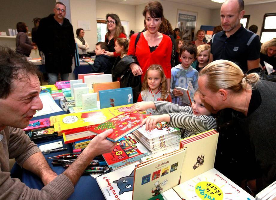 Dans le cadre du festival de la parole et du livre, ce sont souvent les enfants qui amènent leurs parents au salon du livre jeunesse, fascinés par les auteurs qui les font voyager dans les vastes pays imaginaires.