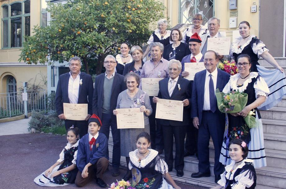 Les lauréats 2018 entourés des membres de la Mentonnaise, ainsi que des autorités civiles.