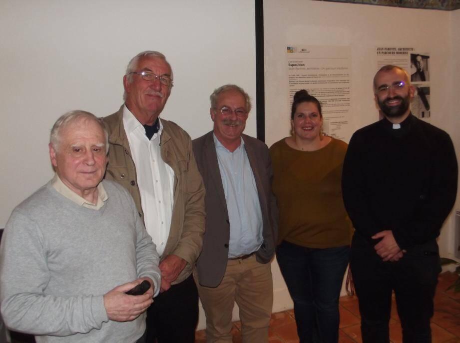 Le conférencier Antoine Perretti avec Marc Quiviger, Marc Vuillemot, Béatrice Tisserand et le père Martino.