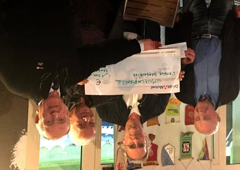 Un chèque de 1 500 euros a été remis par le Rotary au profit de l'Etoile bandolaise solidaire.