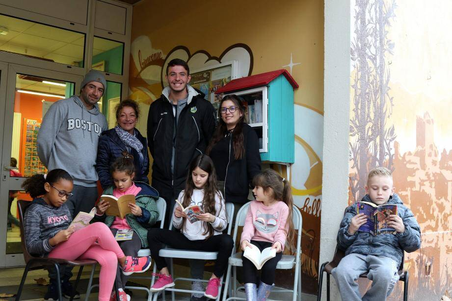 Pour enfants, adolescents et adultes, la boîte à livres installée à l'entrée de la maison Charles-Vidal depuis mercredi dernier est déjà prise d'assaut par les enfants des accueils de loisirs.