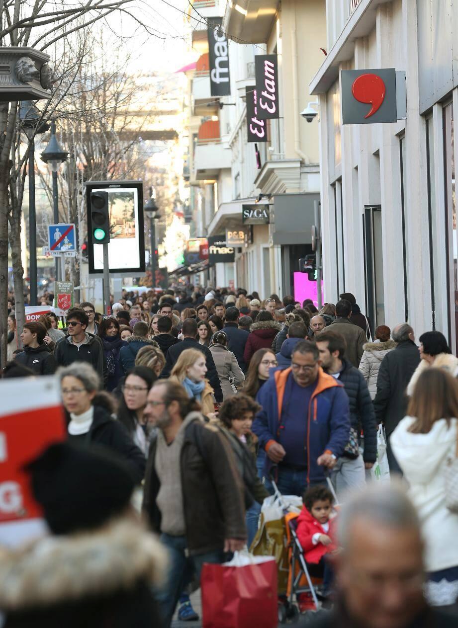 Stationnement en surface gratuit les deux week-ends avant Noël pour stimuler la fréquentation du centre-ville et l'activité.