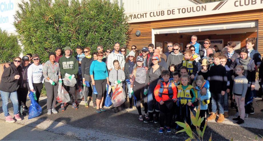 Voici une partie des deux cents bénévoles écocitoyens qui ont participé à l'opération Provence propre, sur le littoral toulonnais.