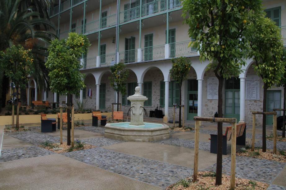 La square Simone-Veil a été édifié au pied de l'hospice Saint-Jacques «La Vençoise».