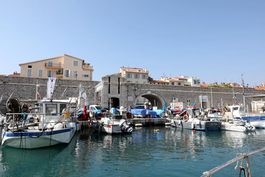 Une partie du port Vauban avec derrière, la porte marine et l'entrée de la vieille ville d'Antibes.