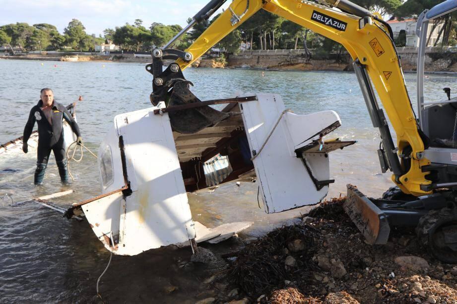 Le bateau a été découpé en morceaux.