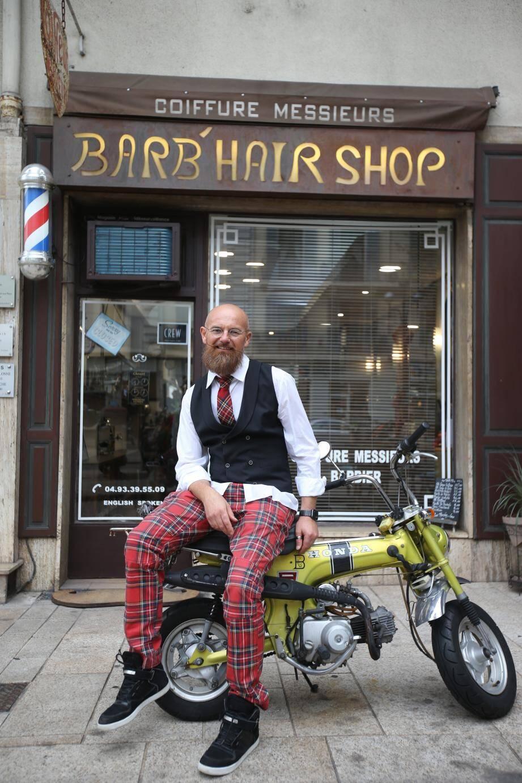 Au n° 21, du Bd Carnot à Cannes, c'est le maître barbier Laurent Briard qui, depuis plusieurs années, constitue une belle équipe de «Mo'Bros » qui ont sacrifié leur belle barbe, réduite à une simple moustache afin de sensibiliser la population aux maladies masculines et de récolter des fonds.