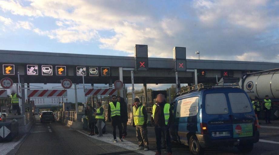 Les gilets jaunes continuent leur mouvement ce lundi matin à Nice, sur l'A8.