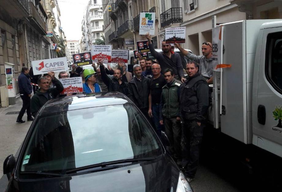 Une trentaine de professionnels ont bloqué la circulation jeudi après-midi dans le centre-ville de Toulon.