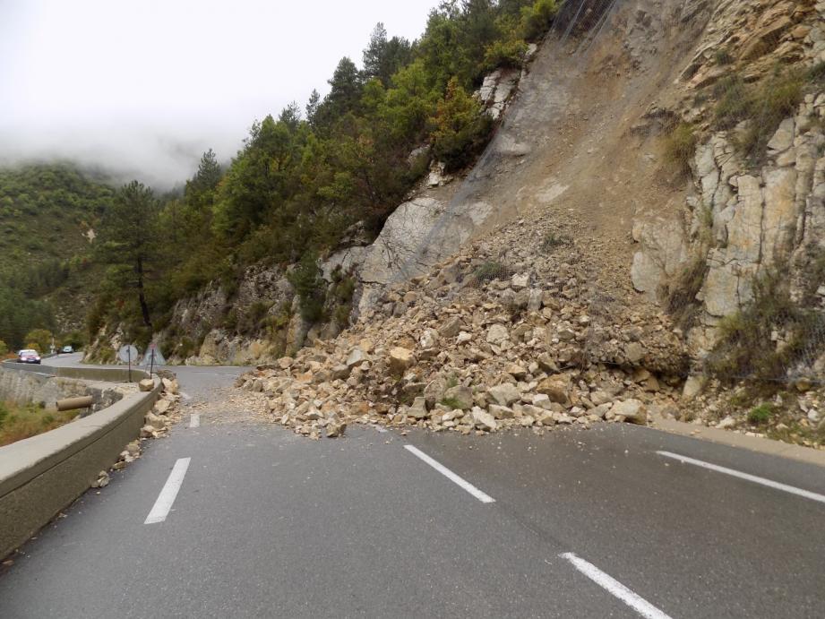 A la suite des intempéries de ces derniers jours, un important éboulement a eu lieu ce matin sur la Route Nationale 202 reliant Nice à Grenoble via Digne.